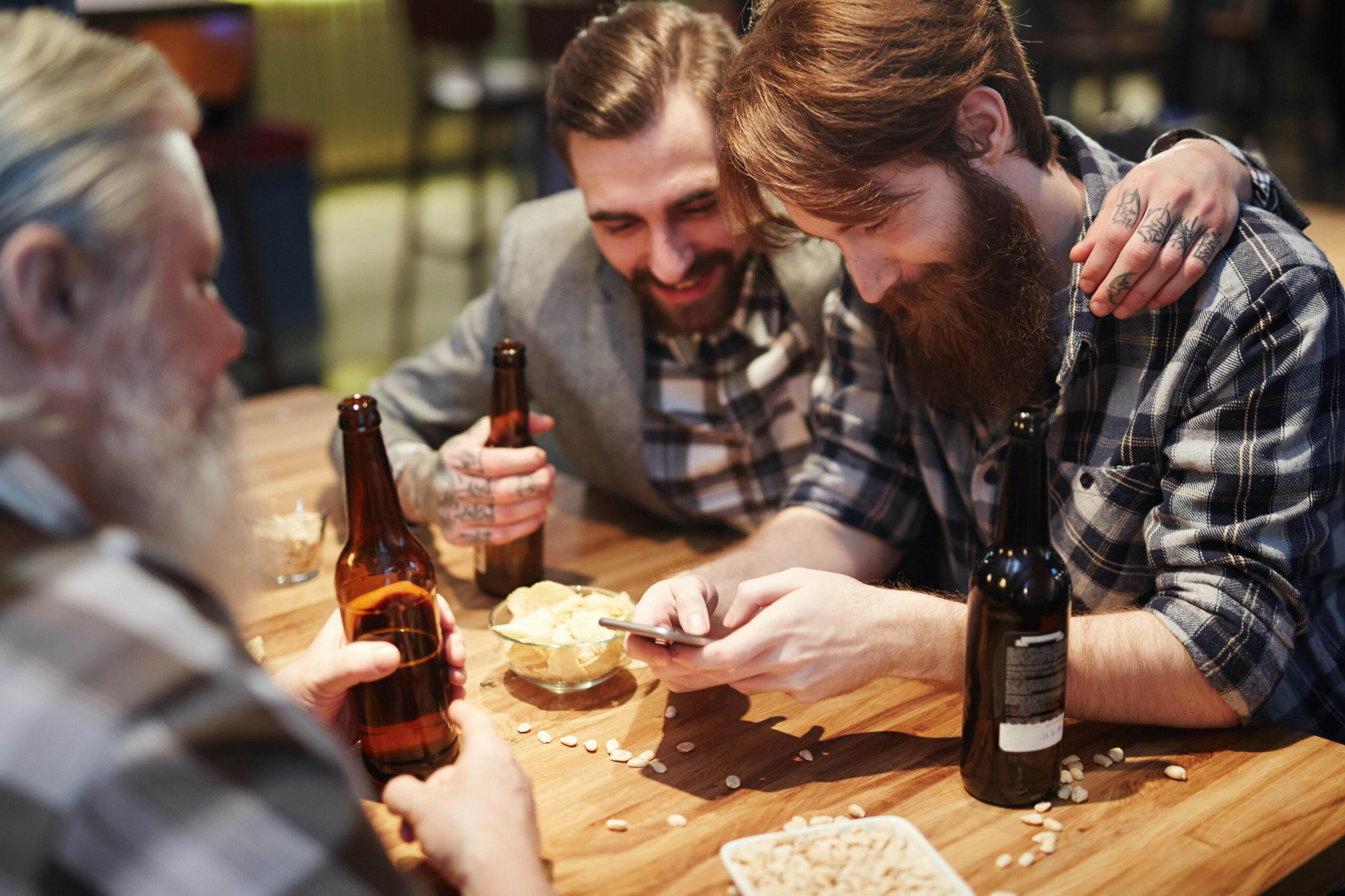 Socialwashing amigos en un bar