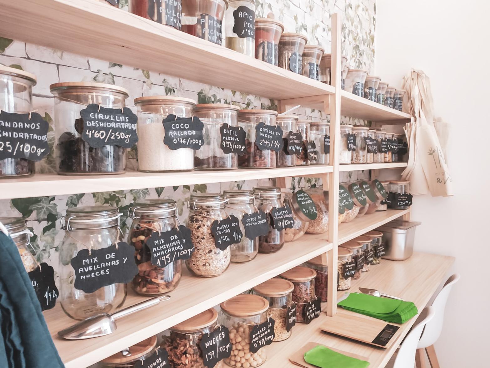 Mi granito de avena, estanterías dela tienda con productos a granel